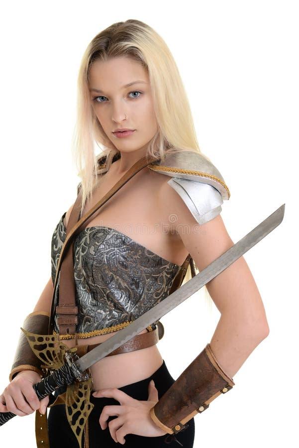 Kobieta wojownik z opancerzeniem i kordzikiem zdjęcie stock