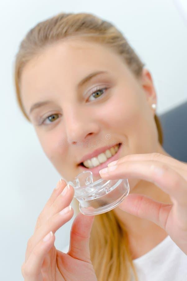 Kobieta wokoło używać usta strażnika podczas gdy przy dentystą zdjęcie royalty free