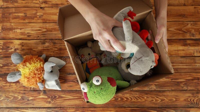 Kobieta wolontariusz stawia stare zabawki w darowizny pudełku, odgórny widok zdjęcia stock
