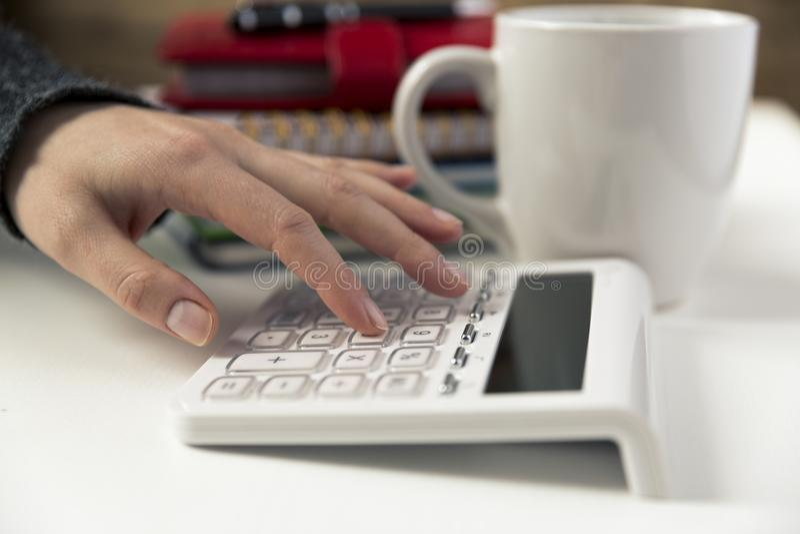 Kobieta wręcza działanie na kalkulatorze Finanse, gospodarka, budgetand zdjęcia royalty free