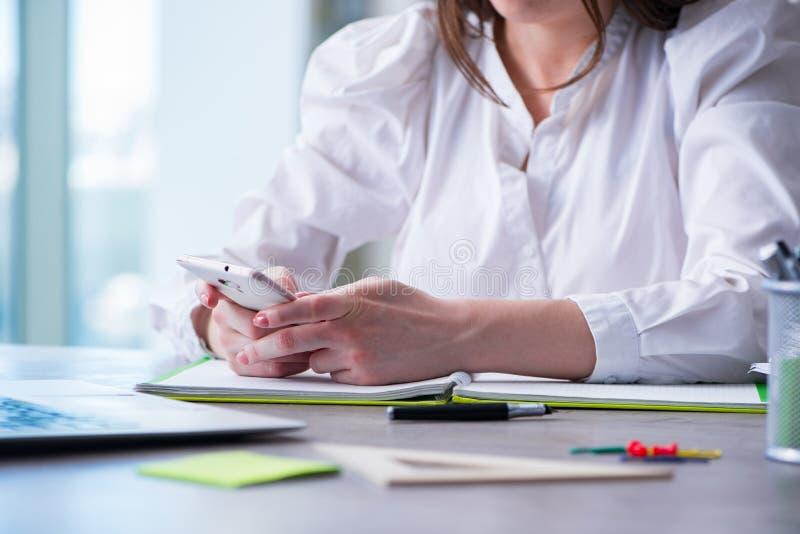Kobieta wręcza działanie na komputerze przy biurkiem fotografia royalty free