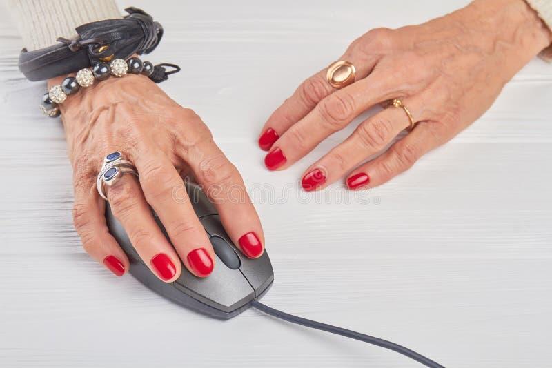 Kobieta wręcza działanie z komputerową myszą zdjęcie stock
