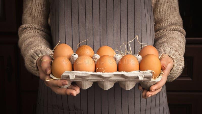 Kobieta wręcza mienie kurczaka jajka obrazy stock