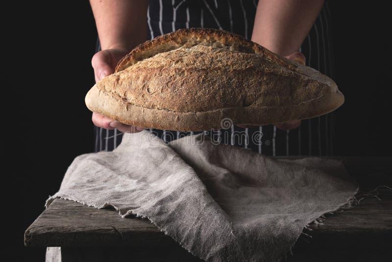kobieta wręcza mienie pszenicznej mąki owal piec chleb zdjęcie royalty free