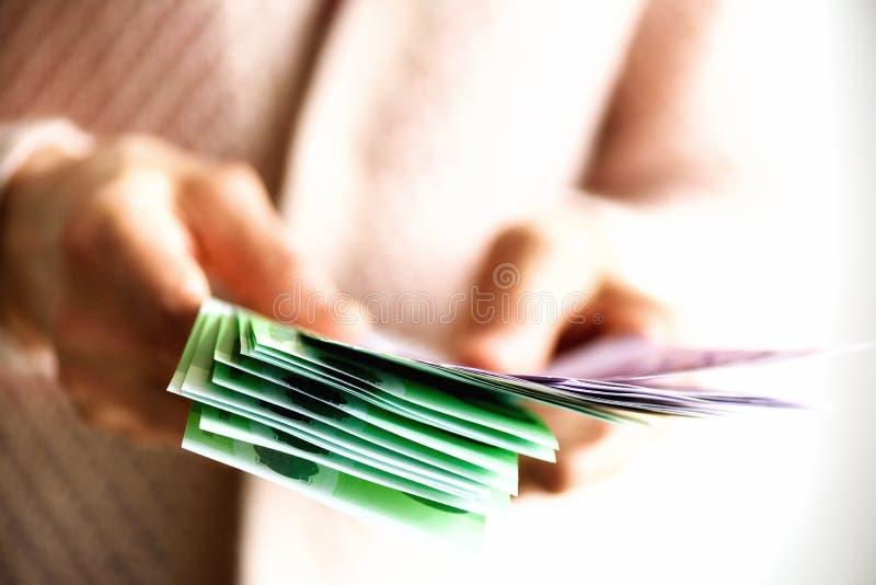 Kobieta wręcza mieniu euro waluta pieniądze banknoty Zapłaty i gotówki pojęcie kosmos kopii fotografia royalty free