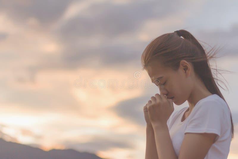 Kobieta wręcza modlenie bóg z biblią błagać dla wybaczający zdjęcia stock