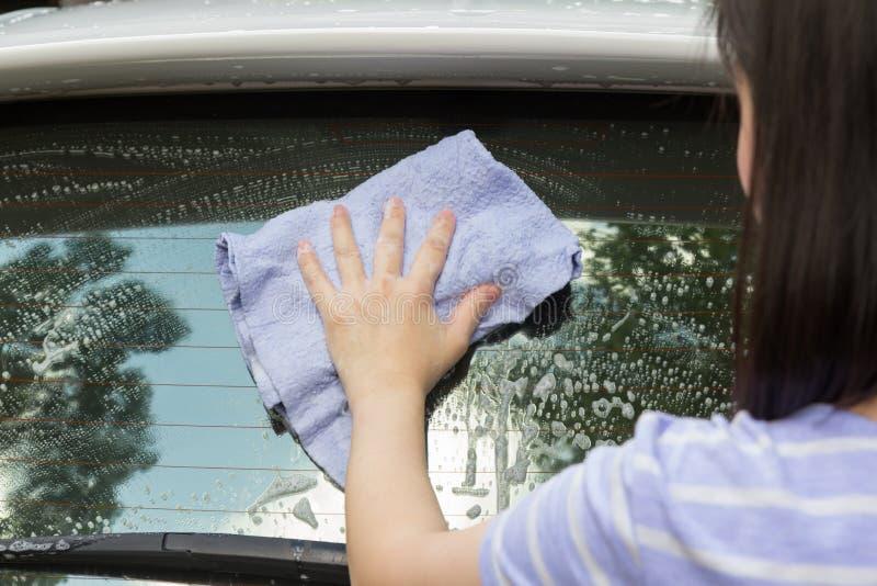 Kobieta wręcza myć samochód obrazy stock