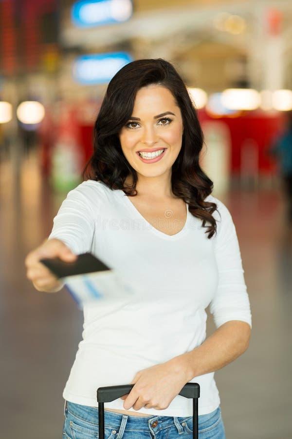 Kobieta wręcza nad lotniczym biletem zdjęcie royalty free