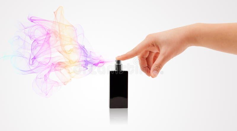 Kobieta wręcza opryskiwania pachnidło fotografia royalty free