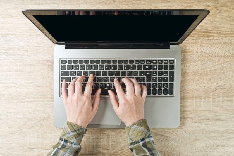Kobieta wręcza pisać na maszynie laptop klawiaturę, odgórny widok zdjęcia royalty free