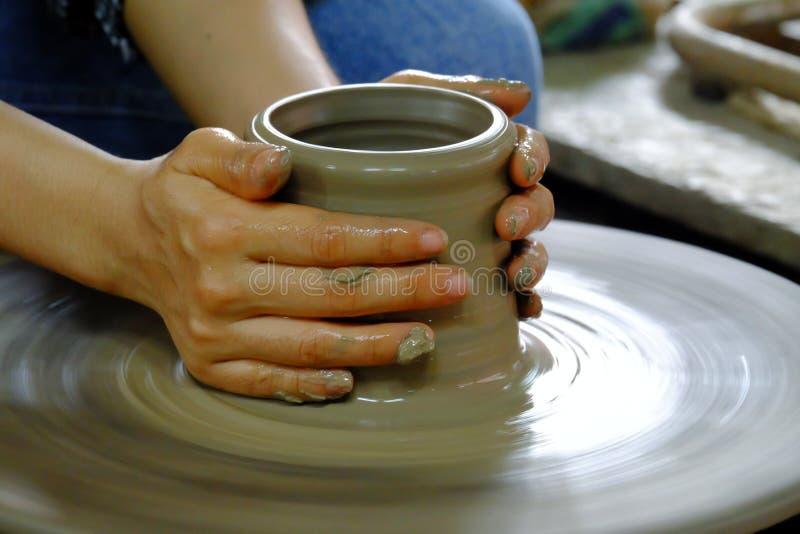 Kobieta wręcza robić wazie fotografia royalty free