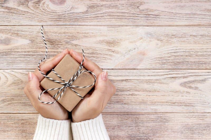 Kobieta wręcza trzymać Bożenarodzeniowego prezenta pudełko Bożenarodzeniowe teraźniejszość i nowy rok _ zdjęcia stock
