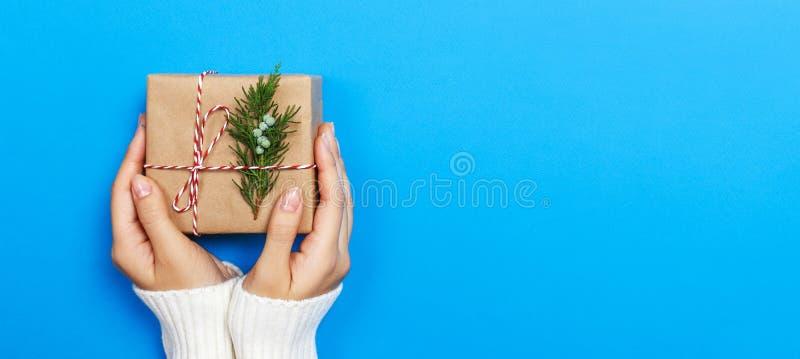 Kobieta wręcza trzymać Bożenarodzeniowego prezenta pudełko Bożenarodzeniowe teraźniejszość i nowy rok _ fotografia royalty free