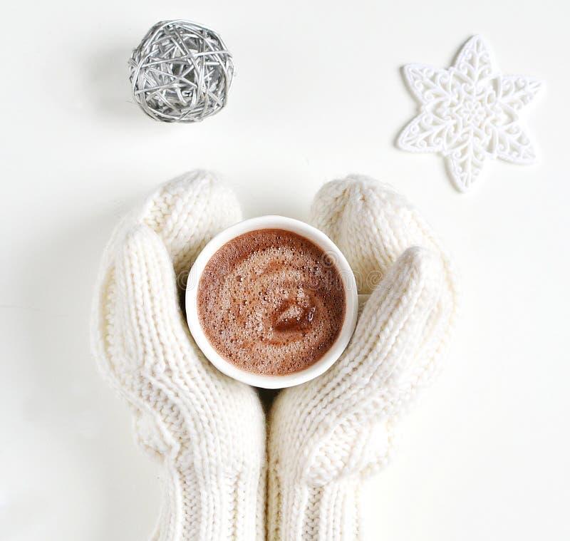 Kobieta Wręcza Trzymać filiżanka napój Gorąca czekolada Bożenarodzeniowy nowego roku pojęcie obrazy stock