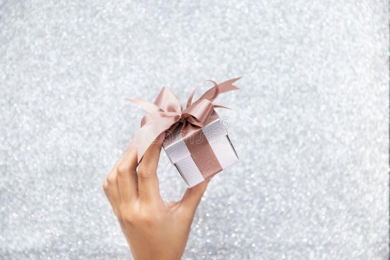 Kobieta wręcza trzymać małego prezenta pudełko obraz royalty free