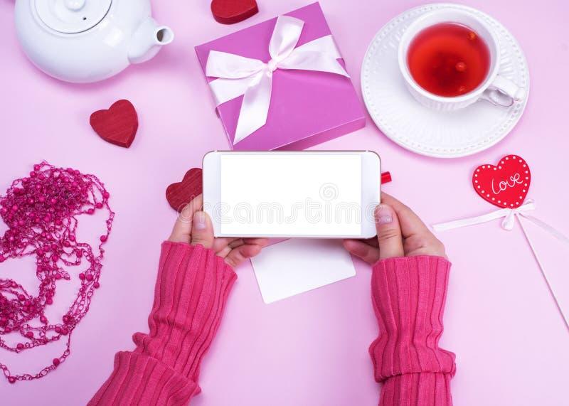 Kobieta wręcza trzymać smartphone z pustym bielu ekranem obraz royalty free