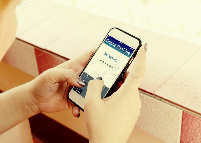 Kobieta wręcza używać online bankowość na dotyka ekranie z smartphone zdjęcia stock