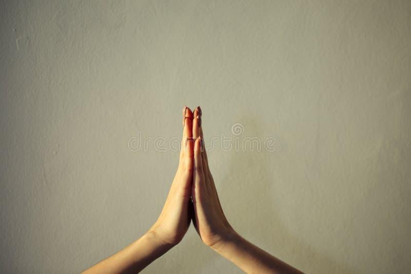 Kobieta wręcza wpólnie zakończenie, gesta namaste, joga, ono modli się obrazy royalty free