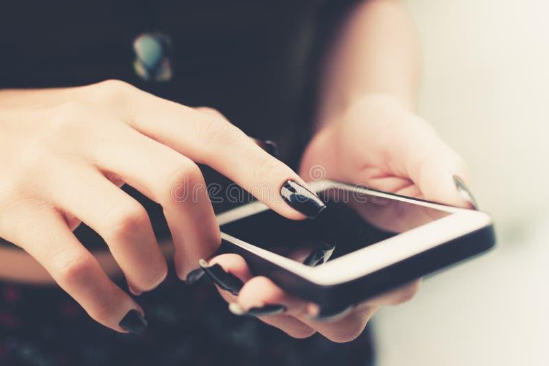 Kobieta wręcza wzruszającego mądrze telefon fotografia stock