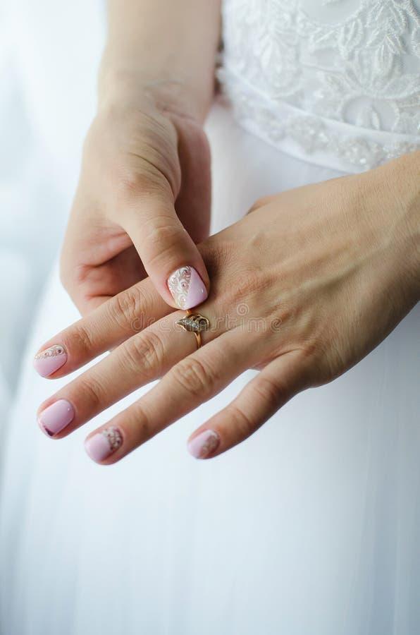 Kobieta wręcza zakończenie z obrączką ślubną na palcu panna młoda sukienka ślub fotografia stock