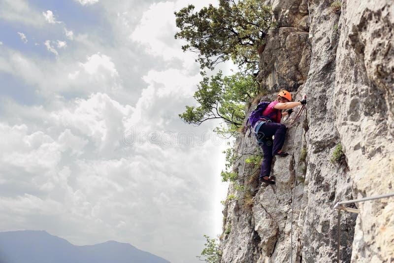 Kobieta wspina się na linowym sposobie zdjęcie stock