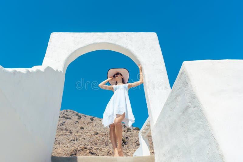 Kobieta wspinaczkowi schodki w Grecja zdjęcia stock