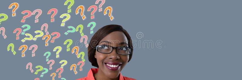 Kobieta wyłania się od głowy z kolorowymi ostrymi znakami zapytania zdjęcie stock