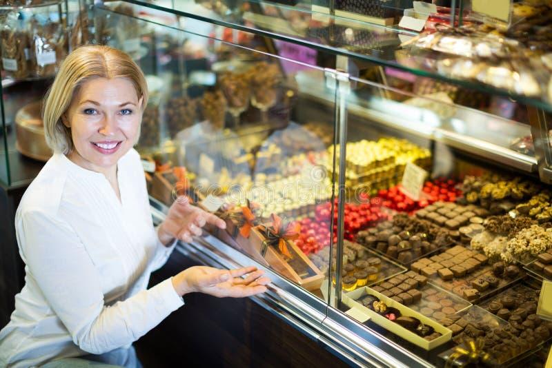 Kobieta wybiera czekolady i ciasteczko zdjęcie royalty free