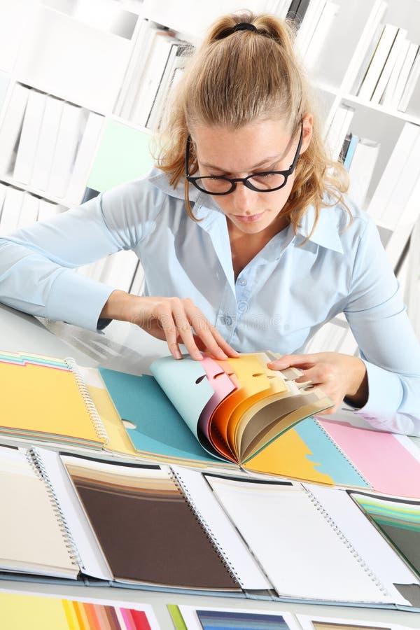 Kobieta wybiera kolor z koloru sampler fotografia stock