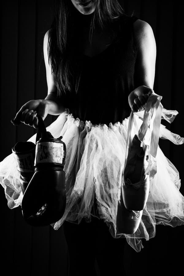 Kobieta wybiera między boksem i baletem obrazy royalty free