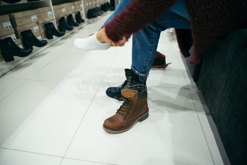 Kobieta wybiera nowych buty w sklepie obraz royalty free