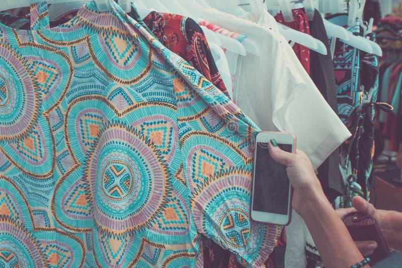 Kobieta wybiera odzież Indonezja, podczas gdy robiący zakupy dla odziewa w sklepie na Bali wyspie Robić zakupy w Azja pojęciu Sam zdjęcia stock