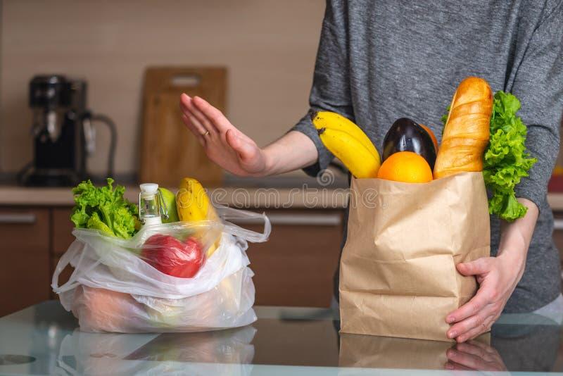 Kobieta wybiera papierową torbę z jedzeniem i odmawia używać klingeryt Ochrona środowiska i porzucenie klingeryt fotografia royalty free