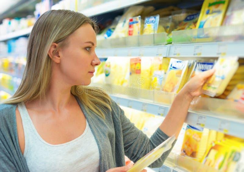 Kobieta wybiera ser zdjęcie royalty free