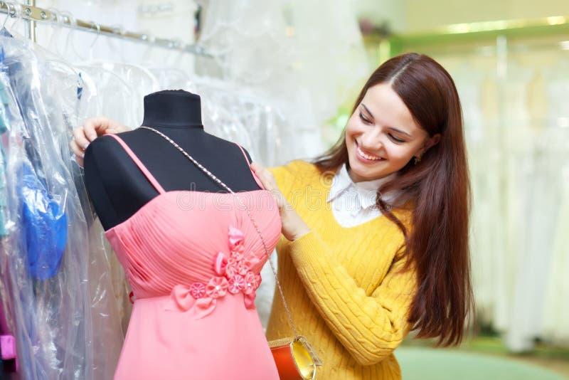 Kobieta wybiera suknię wieczorową zdjęcie royalty free
