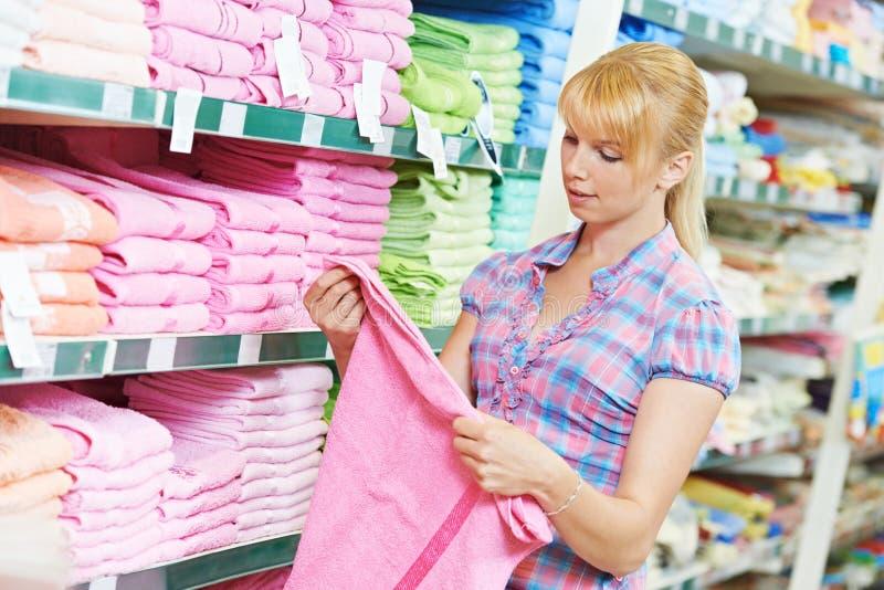 Kobieta wybiera tekstylną pościel w sklepie obraz royalty free