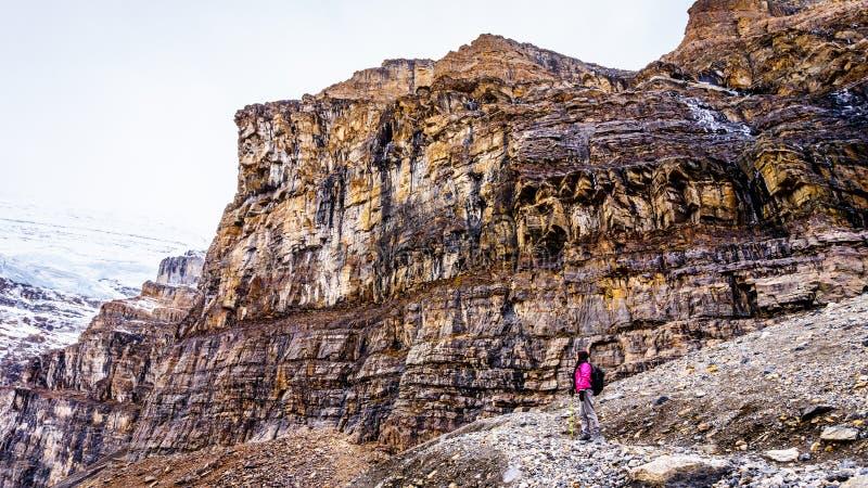 Kobieta wycieczkowicz cieszy się widok góra Lefroy i góra Wiktoria zdjęcia royalty free