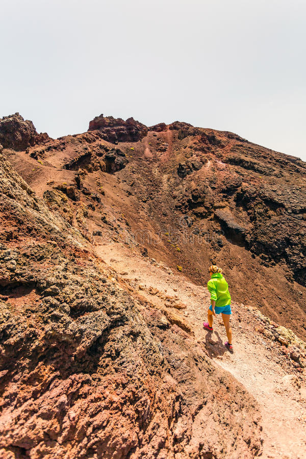 Kobieta wycieczkowicz lub śladu biegacz w górach zdjęcie royalty free