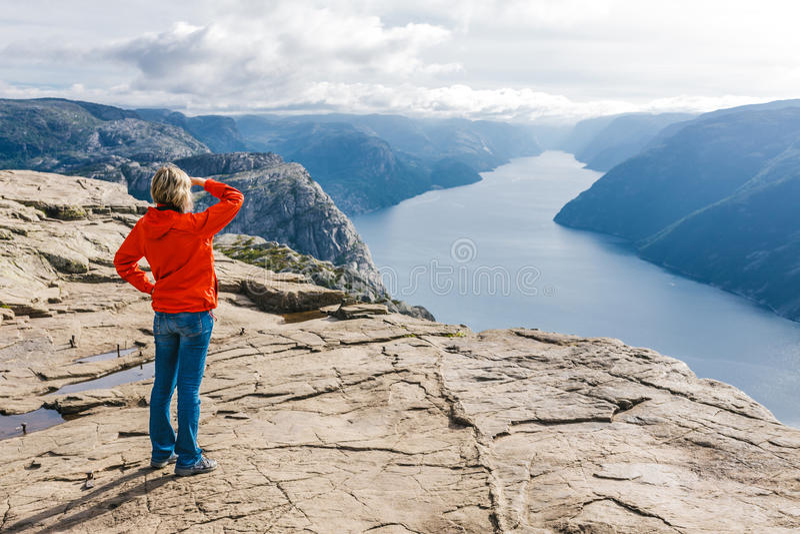 Kobieta wycieczkowicz na ambony skale, Preikestolen/, Norwegia fotografia royalty free