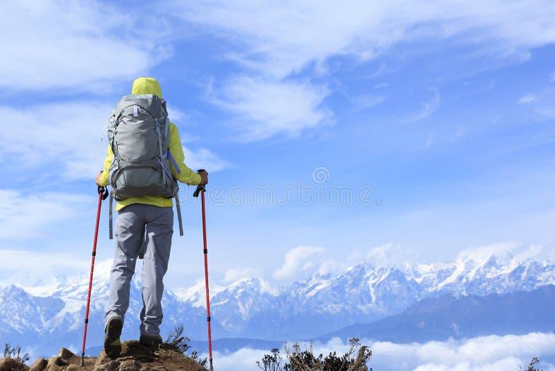 Kobieta wycieczkowicz patrzeje pięknych śnieżnych halnych szczyty zdjęcie stock