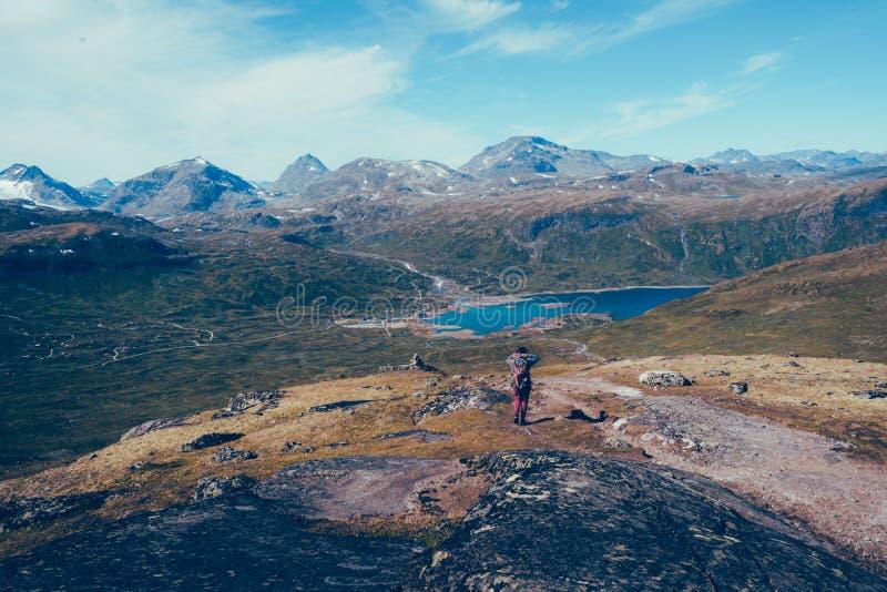 Kobieta wycieczkowicza kłoszenia puszek góra dolina fotografia stock