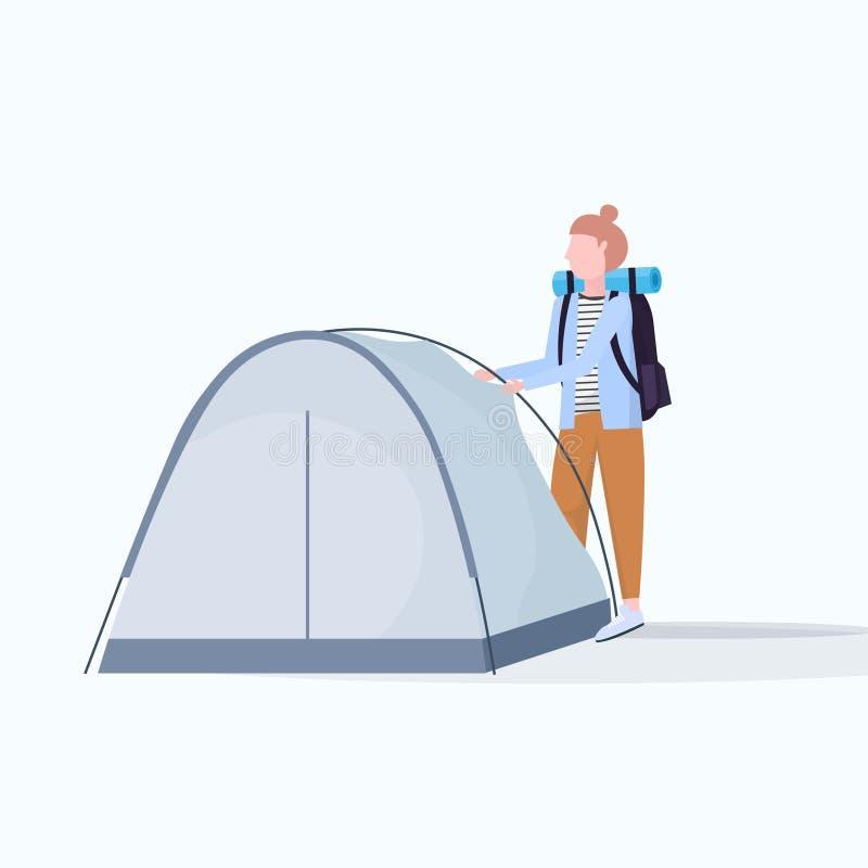 Kobieta wycieczkowicza obozowicz instaluje namiotowego narządzanie dla obozuje wycieczkuje pojęcie podróżnika na podwyżki żeńskie ilustracja wektor