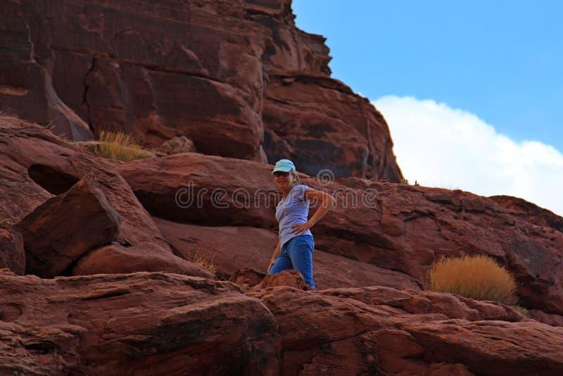 Kobieta Wycieczkuje Czerwonych Rockowych jary Utah obrazy royalty free
