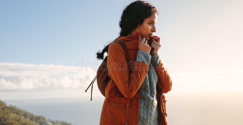 Kobieta wycieczkuje na zima dniu obrazy royalty free