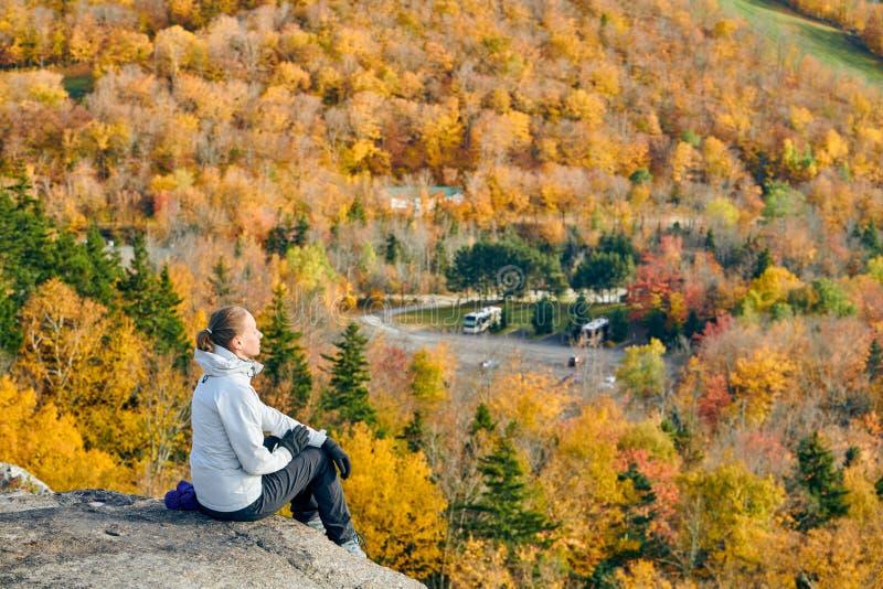 Kobieta wycieczkuje przy artysty blefem w jesieni zdjęcia royalty free