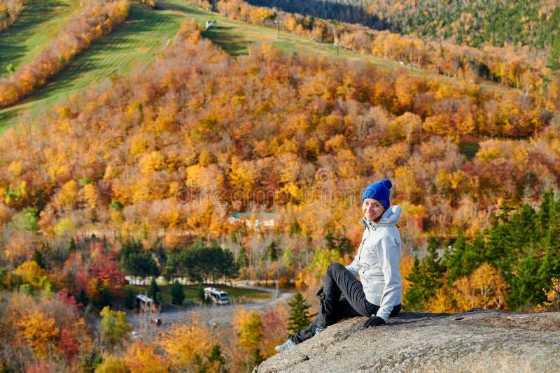 Kobieta wycieczkuje przy artysty blefem w jesieni obraz stock