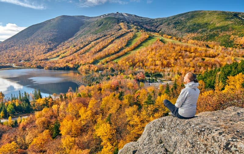 Kobieta wycieczkuje przy artysty blefem w jesieni obraz royalty free