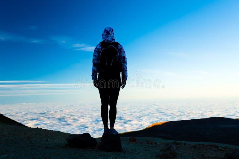 Kobieta wycieczkuje przygody sylwetkę na góra wierzchołku zdjęcia royalty free