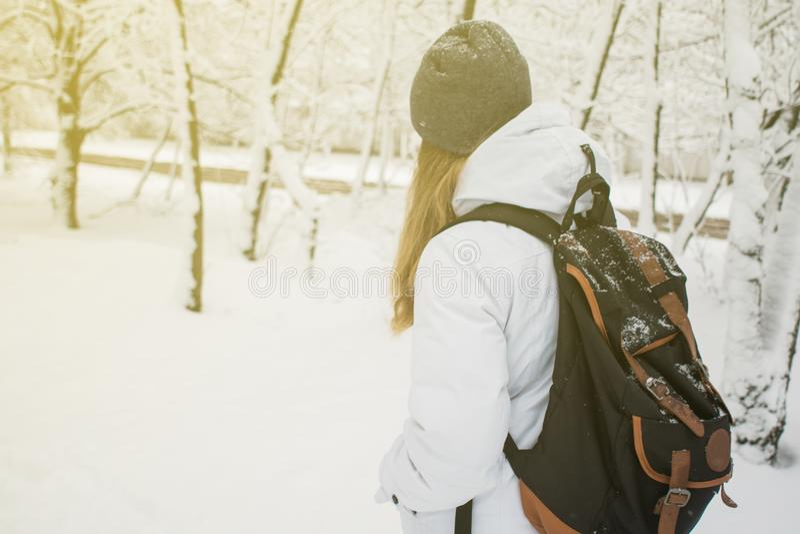Kobieta wycieczkuje styl życia przygody pojęcia jezioro na tło aktywnego wakacjach i las w dzikiego z plecakiem obraz royalty free