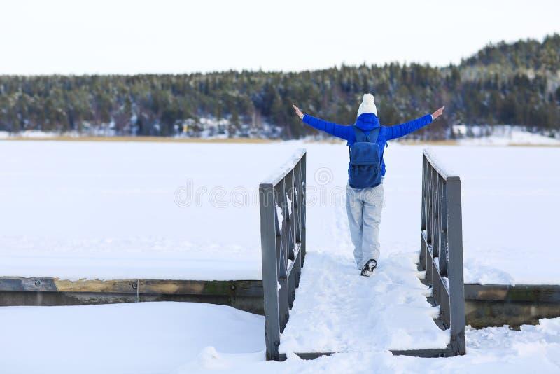 Kobieta wycieczkuje w białym zima lesie obrazy royalty free